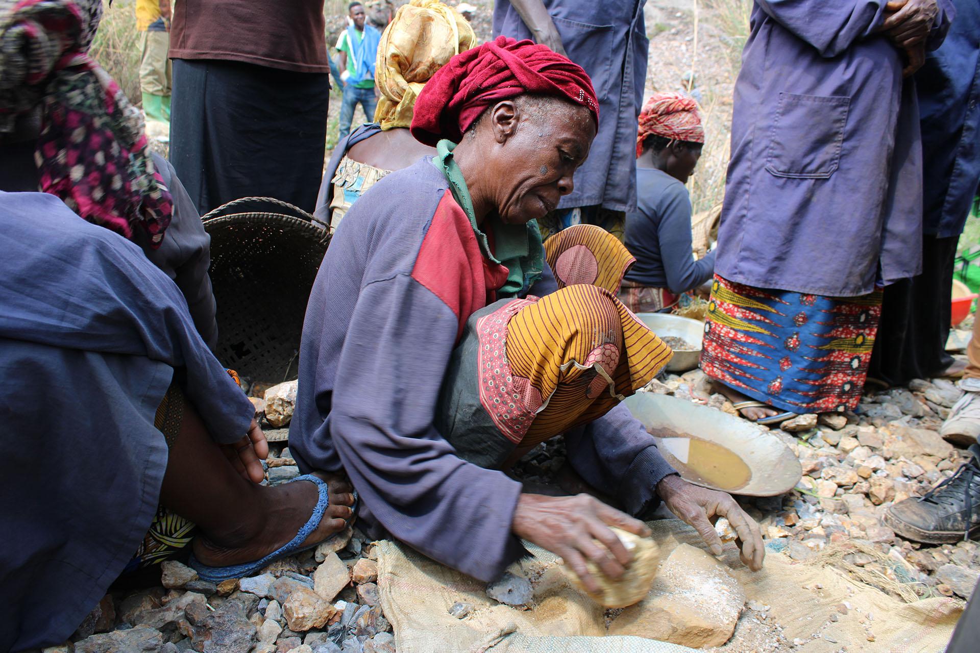 Les femmes cassent des pierres à longueur de journée